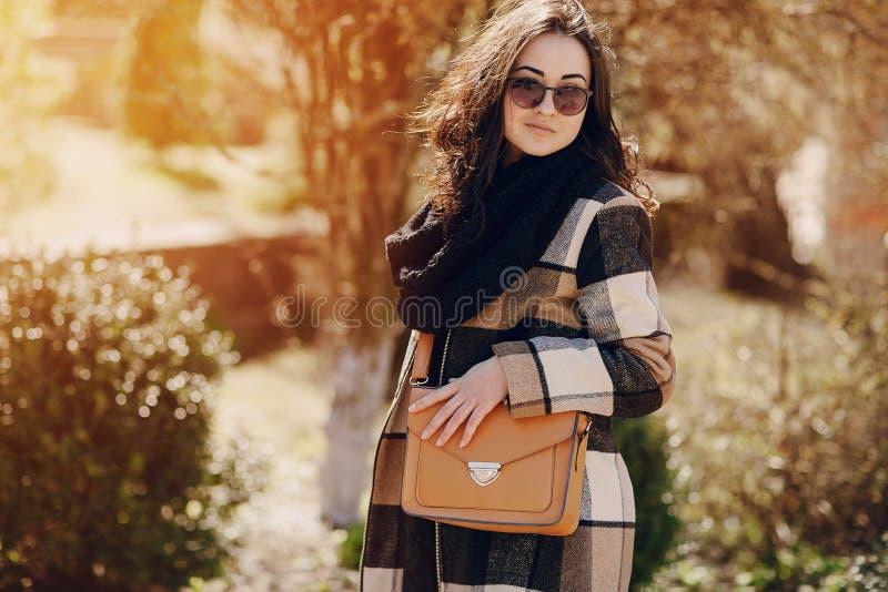 Download Modieuze jonge vrouw stock afbeelding. Afbeelding bestaande uit meisje - 54081333