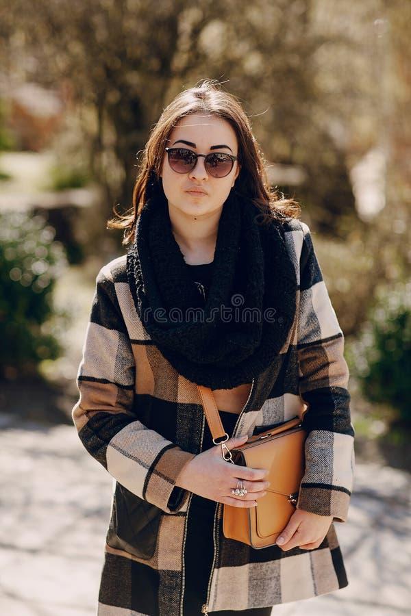 Modieuze jonge vrouw royalty-vrije stock foto