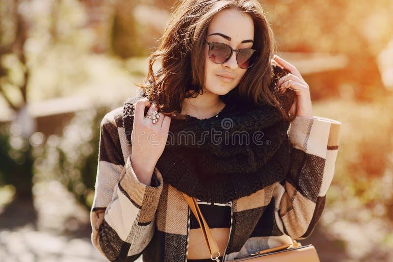 Modieuze jonge vrouw royalty-vrije stock afbeelding
