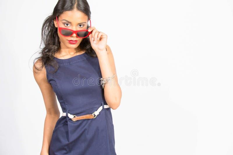 Modieuze jonge vrouw in blauwe kleding stock fotografie