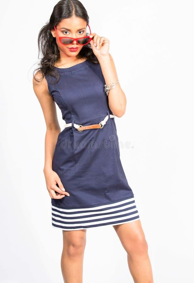 Modieuze jonge vrouw in blauwe kleding stock foto's