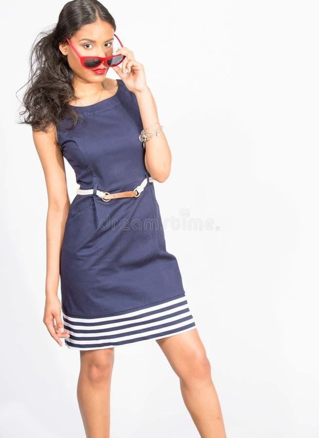 Modieuze jonge vrouw in blauwe kleding royalty-vrije stock foto's