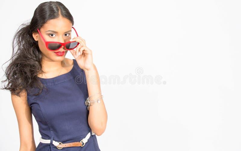 Modieuze jonge vrouw in blauwe kleding royalty-vrije stock foto