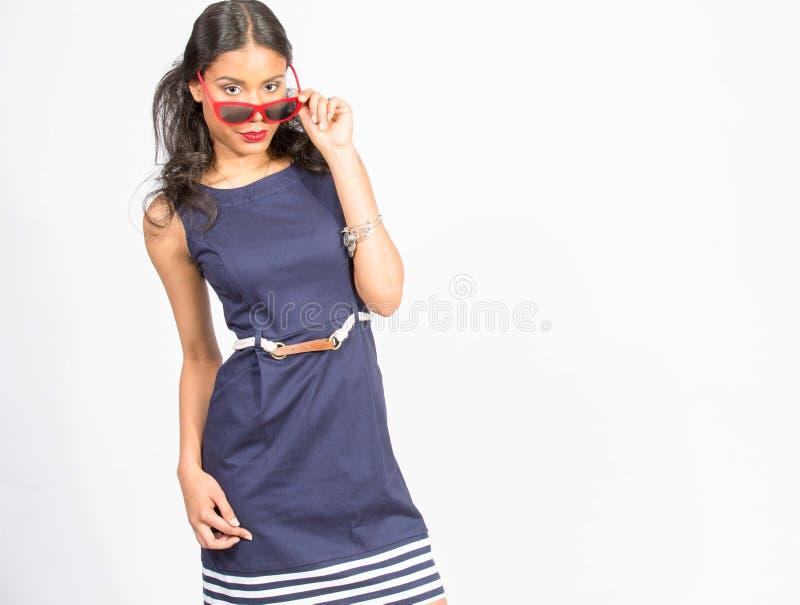 Modieuze jonge vrouw in blauwe kleding royalty-vrije stock afbeeldingen