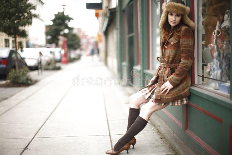 Modieuze jonge vrouw in de stad stock afbeelding