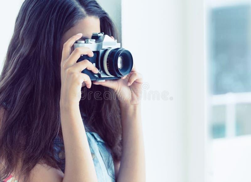 Modieuze jonge vrouw die een foto nemen stock foto's