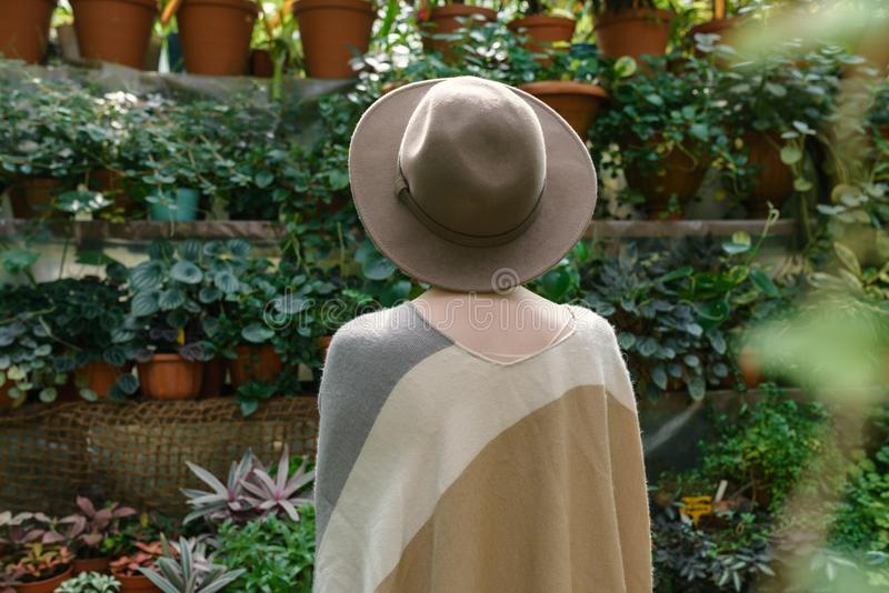 Modieuze jonge vrouw die in hoed dragen royalty-vrije stock fotografie