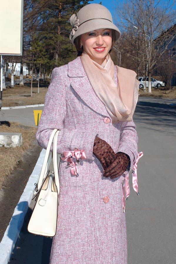 Modieuze jonge vrouw in laag en de hoed van de dame. stock afbeelding