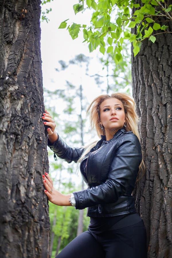Modieuze jonge vrouw in leerjasje in openlucht royalty-vrije stock afbeeldingen