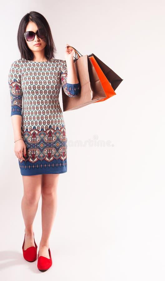 Modieuze jonge vrouw met het winkelen zakken stock afbeeldingen