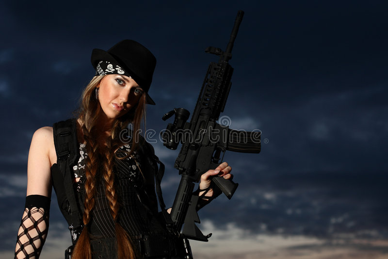 Modieuze jonge vrouw met kanon stock foto's