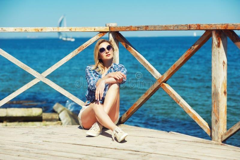 Modieuze jonge vrouw in stad Het meisje kleedde zich in jeans en een overhemd stock afbeelding