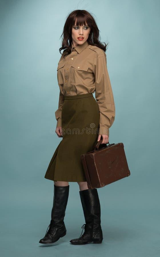 Modieuze Jonge Vrouwen Dragende Koffer royalty-vrije stock foto