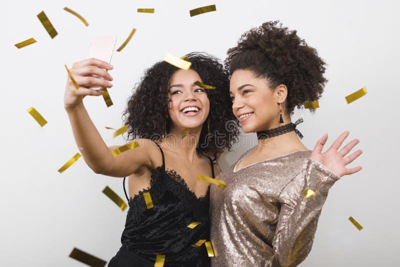 Modieuze jonge vrouwenvrienden die selfie nemen royalty-vrije stock afbeeldingen
