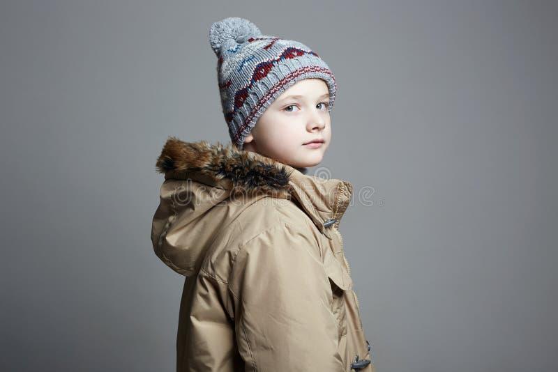 Modieuze Jongen in de winterbovenkleding Het Jonge geitje van de manier royalty-vrije stock foto