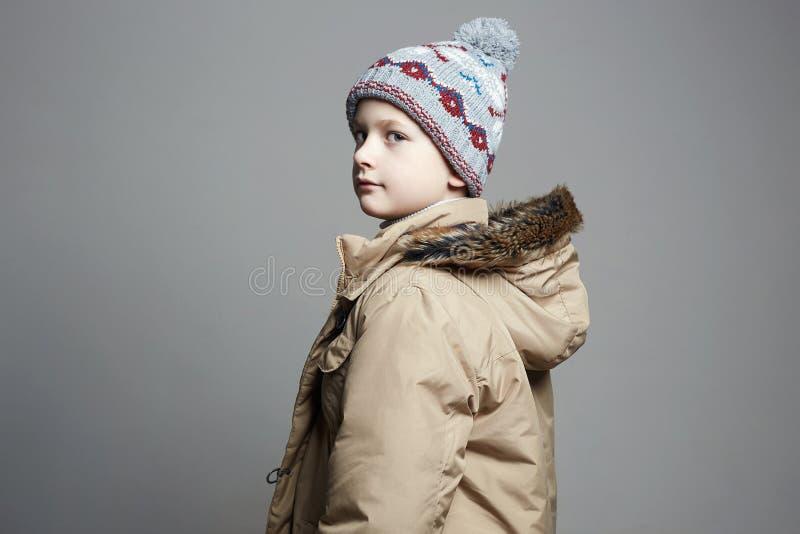 Modieuze Jongen in de winterbovenkleding Het Jonge geitje van de manier stock fotografie