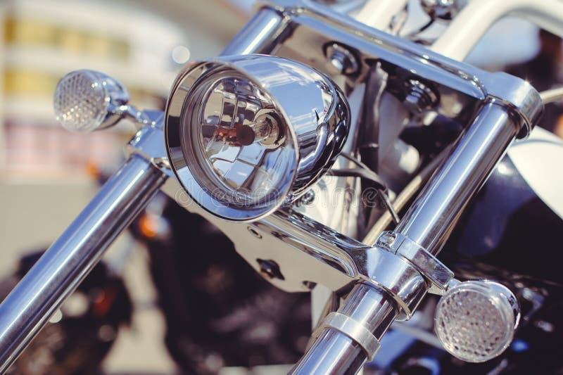 Modieuze klassieke chroom geplateerde motorfietskoplamp, close-up op de voorzijde stock fotografie