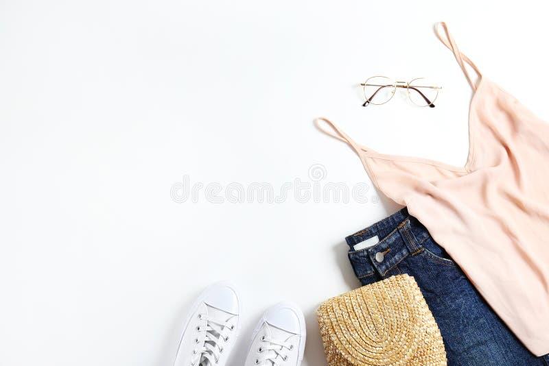 Modieuze kledingsreeks die op witte achtergrond ligt royalty-vrije stock afbeeldingen