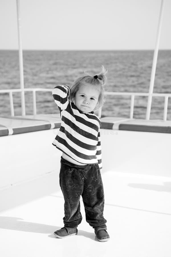 Modieuze kleine babyjongen op jacht in marien overhemd, broek stock fotografie