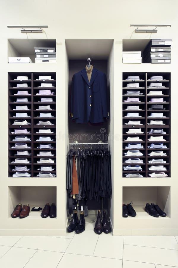 Modieuze kleren in winkel royalty-vrije stock fotografie