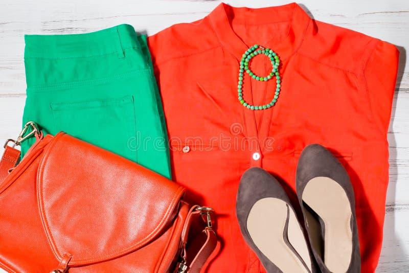 Modieuze klereninzameling in oranje en groene kleuren royalty-vrije stock foto's