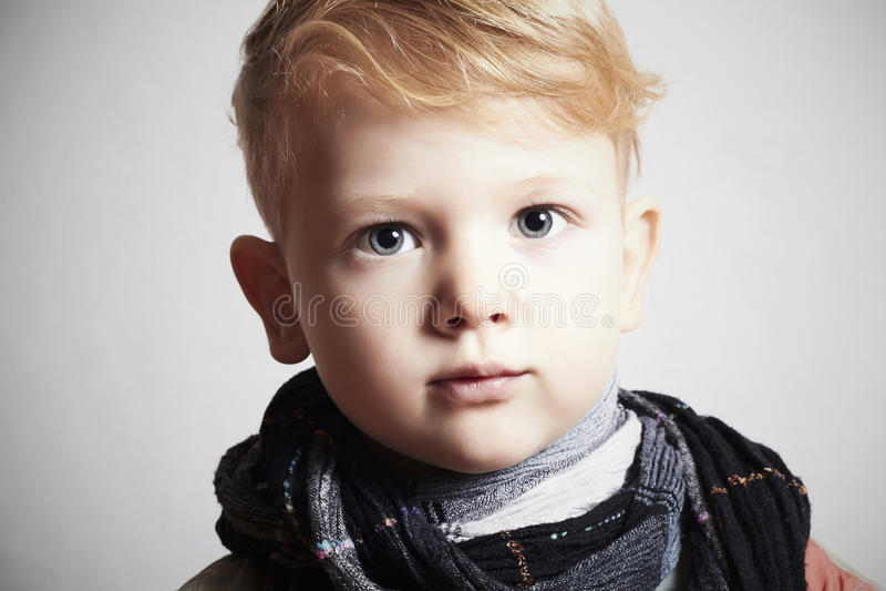 Modieuze knap weinig jongen in scarf.stylish haircut.fashion royalty-vrije stock foto's