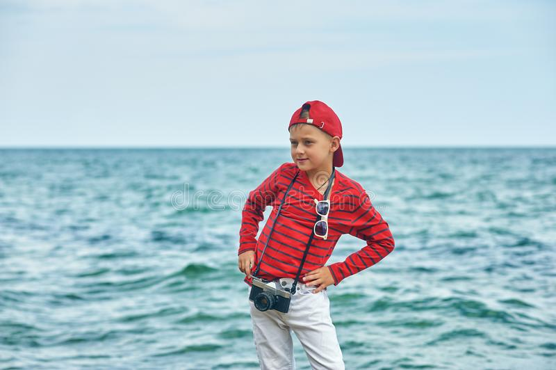 Modieuze knappe jongen op de overzeese kust rust en reis royalty-vrije stock fotografie
