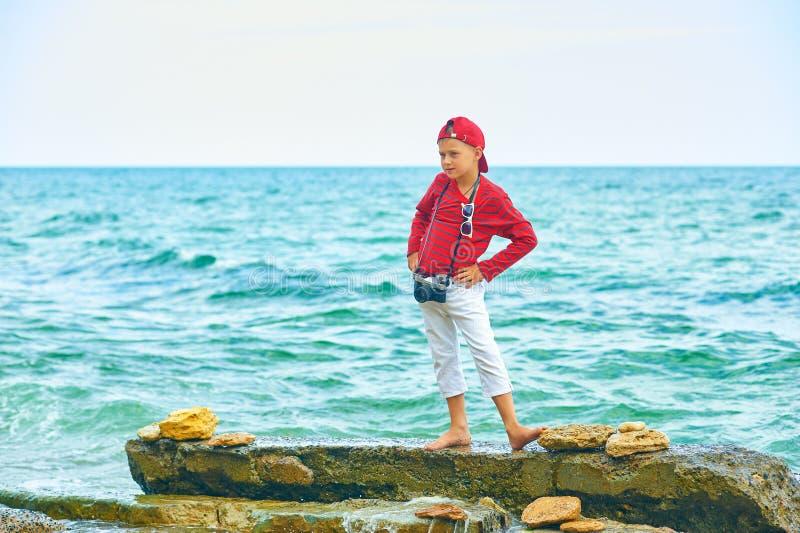 Modieuze knappe jongen op de overzeese kust rust en reis stock foto's