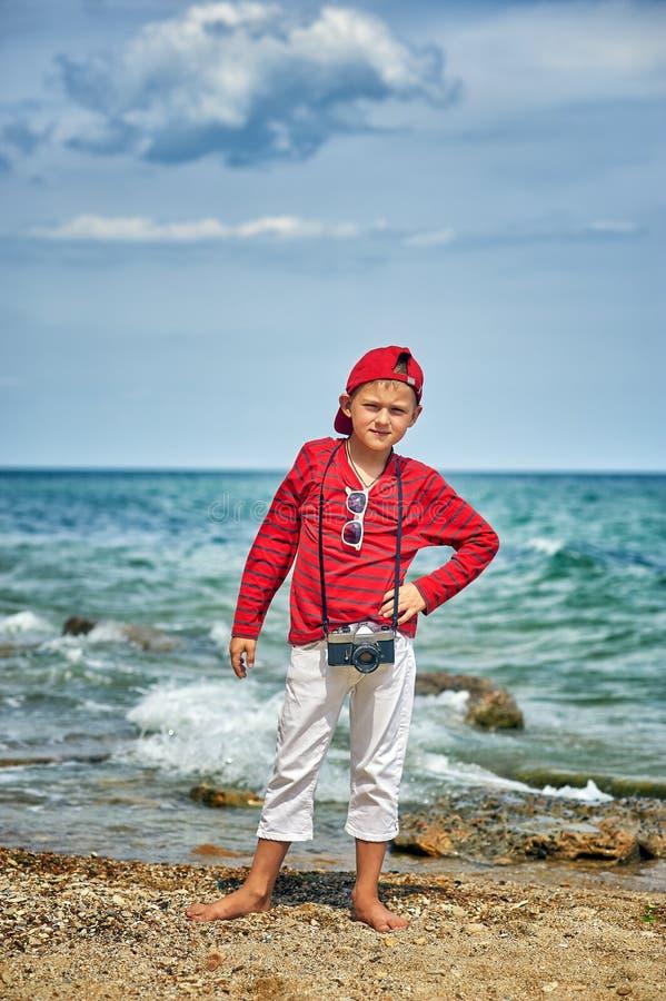 Modieuze knappe jongen op de overzeese kust royalty-vrije stock foto's