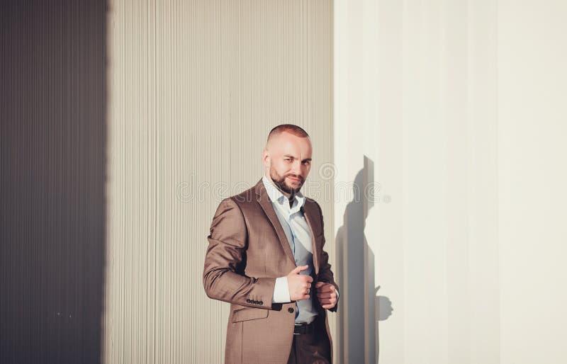 Modieuze knappe mens in kostuum stock foto's