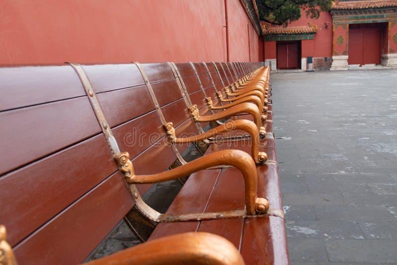 Modieuze lange autobanken of stoelen voor rust stock fotografie