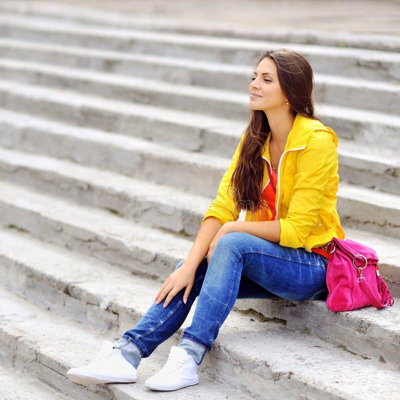 Modieuze levensstijl stedelijk portret van jong meisje in kleurrijke doek stock foto