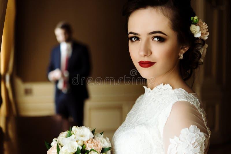 Modieuze luxebruid en knappe elegante bruidegom op backgrou royalty-vrije stock afbeeldingen