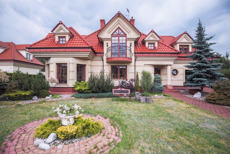 Modieuze luxueuze villa stock afbeelding