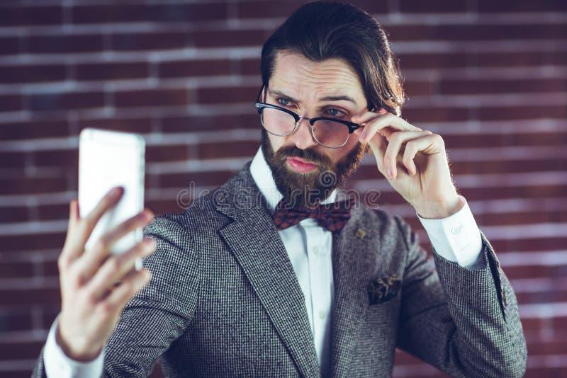 Modieuze mens die beeld van zich nemen stock fotografie