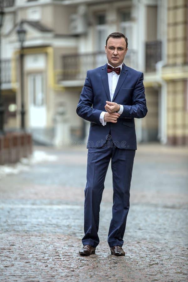 Modieuze mens in een blauw kostuum royalty-vrije stock afbeelding