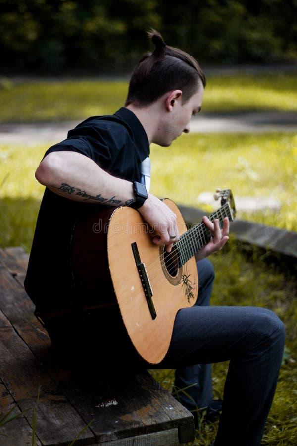 Modieuze mens met gitaar royalty-vrije stock foto