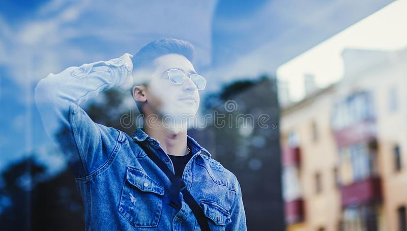 Modieuze mens in vrijetijdskleding royalty-vrije stock foto