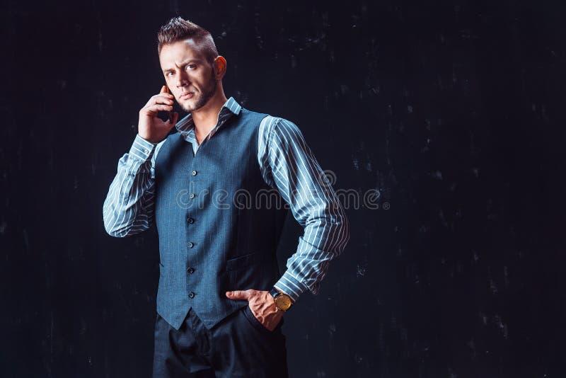 Modieuze mensen sprekende telefoon royalty-vrije stock afbeelding