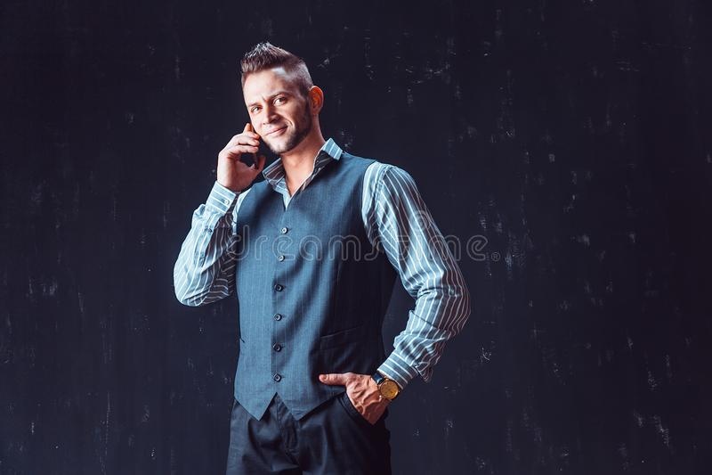 Modieuze mensen sprekende telefoon stock foto