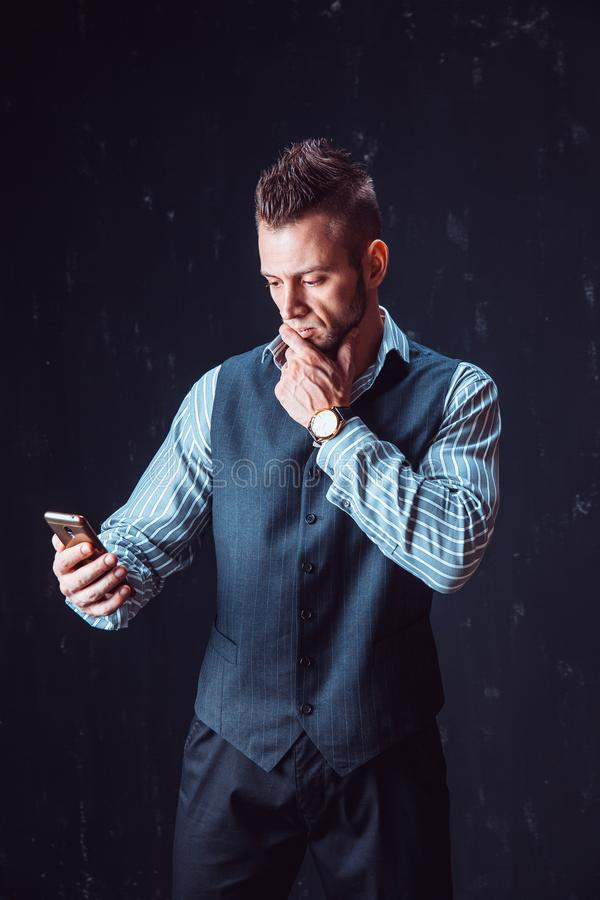 Modieuze mensen sprekende telefoon stock afbeelding