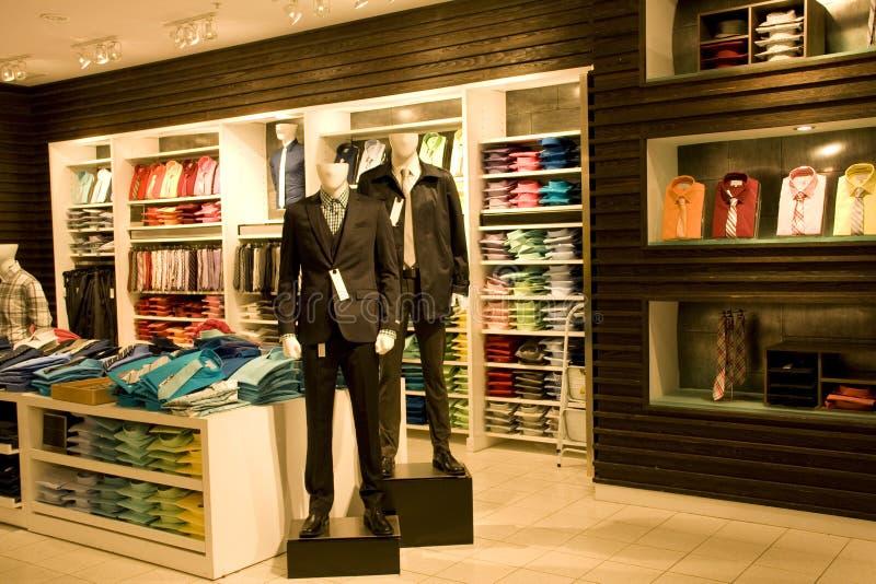 Modieuze mensenkleding in opslag stock afbeelding