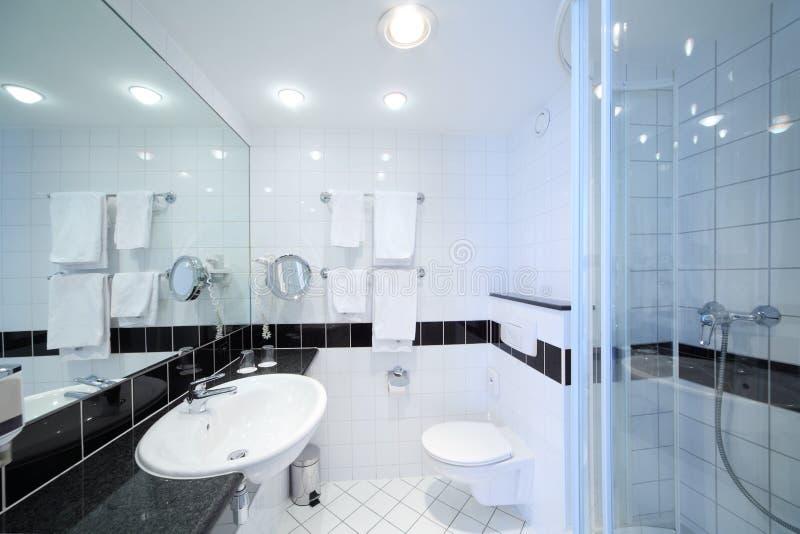 Modieuze moderne badkamers stock fotografie