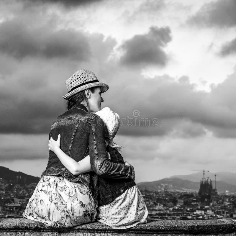 Modieuze moeder en dochterreizigers in het spelen van Barcelona royalty-vrije stock foto