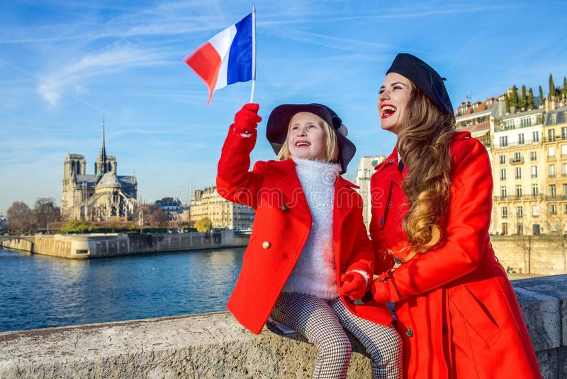 Modieuze moeder en kindreizigers het toenemen in van Parijs, Frankrijk vlag stock foto's