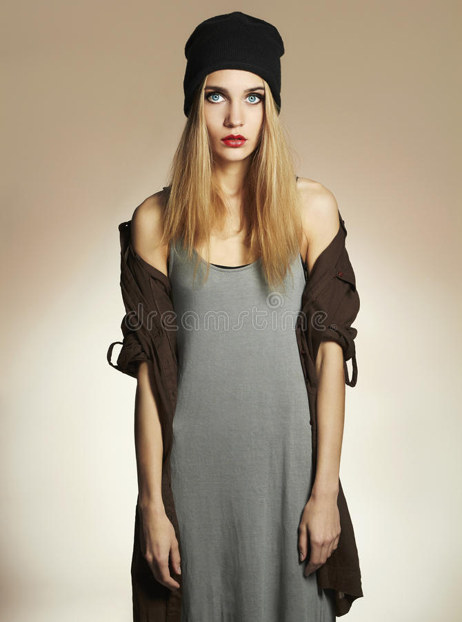 Modieuze mooie jonge vrouw in hoed schoonheids blond meisje in GLB hipster royalty-vrije stock foto's