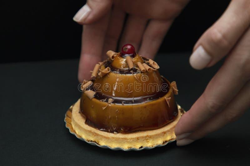 Modieuze mooie karamelcake met bes op bovenkant stock fotografie