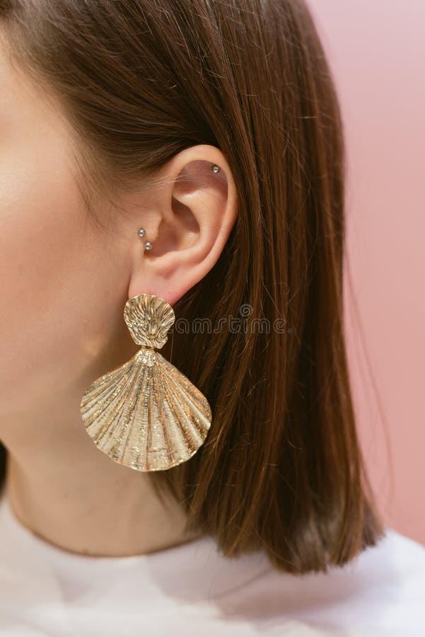 Modieuze oorringen met shells royalty-vrije stock fotografie
