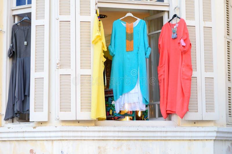 Modieuze oosterse de stijl etnische kleding van vrouwen in opslag bij etalage, in de markt van de de zomerstraat stock foto