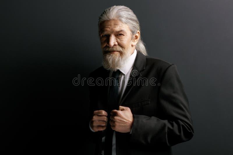 Modieuze oude mens in zwart jasje stock afbeeldingen